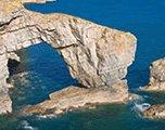 ruige kliffen voor de kust van wales